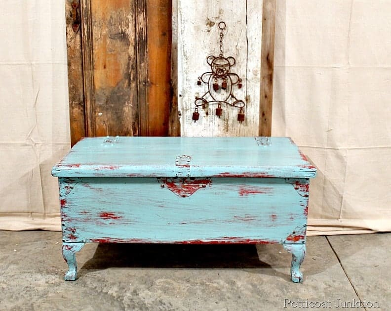Etonnant Red And Blue Painted Antique Cedar Chest