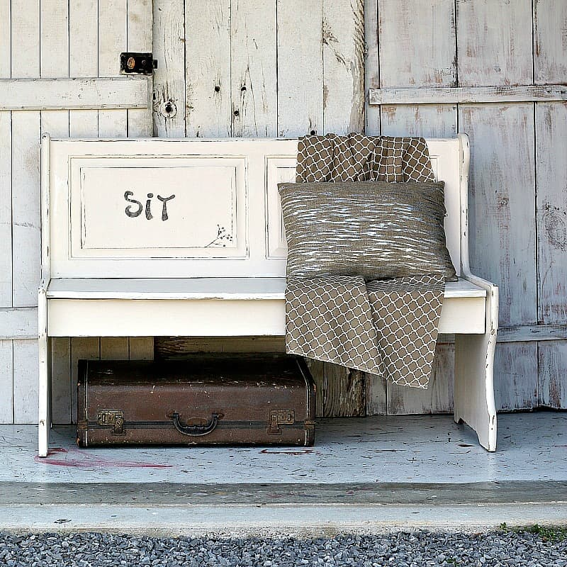 Distressed Farmhouse Living Room: White Distressed Farmhouse Bench