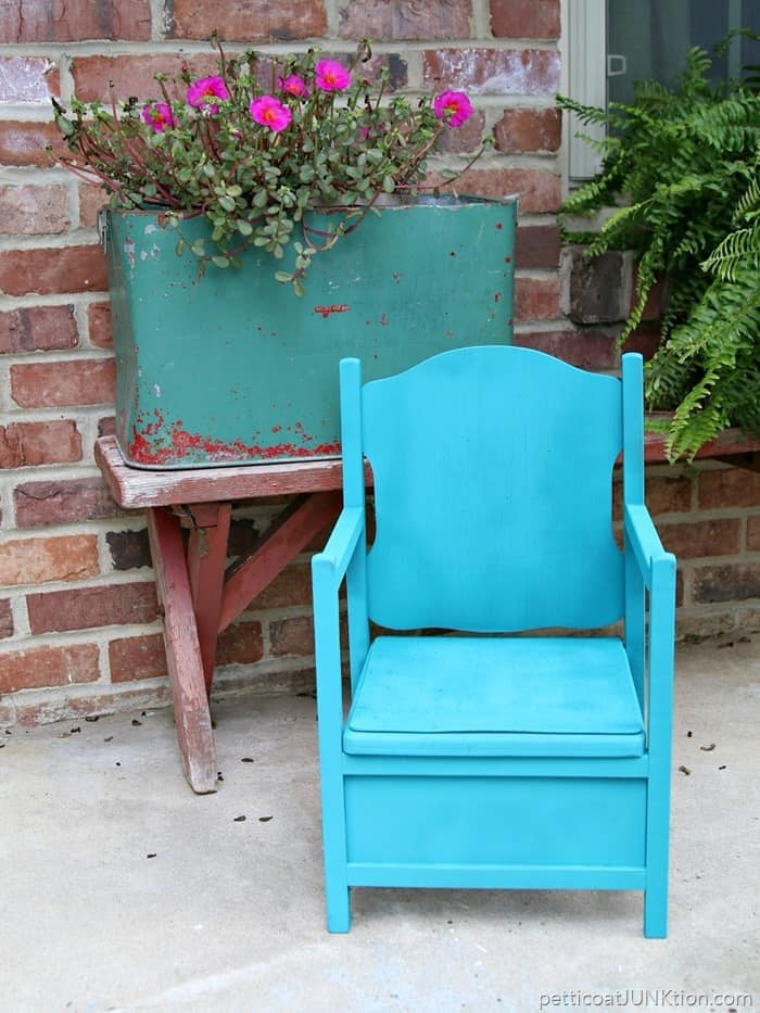 turquoise chair painted with spray paint in a HomeRight Spray Shelter 1