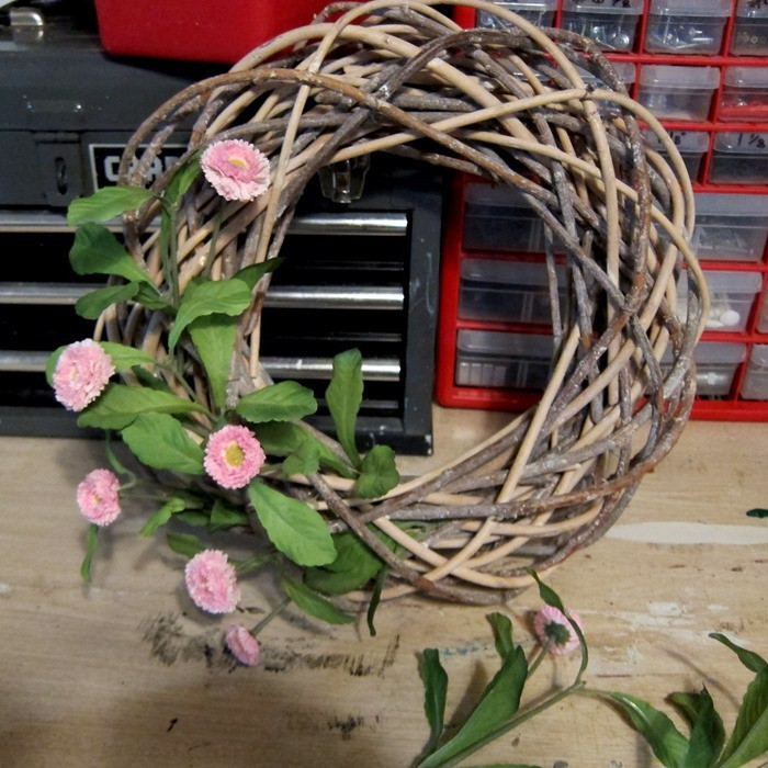 how to decorate a wreath with flowers