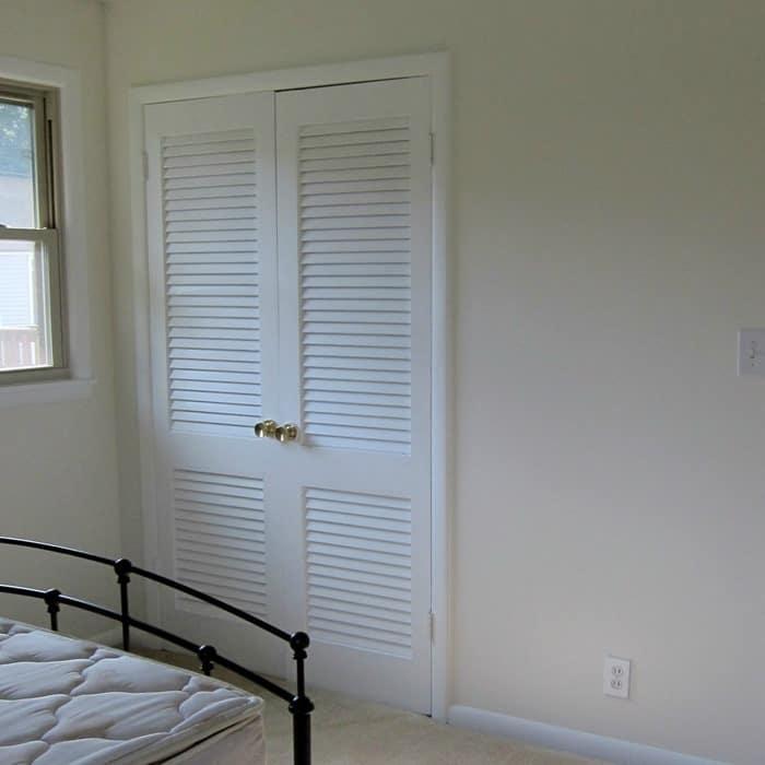 paint a louvered closet door white