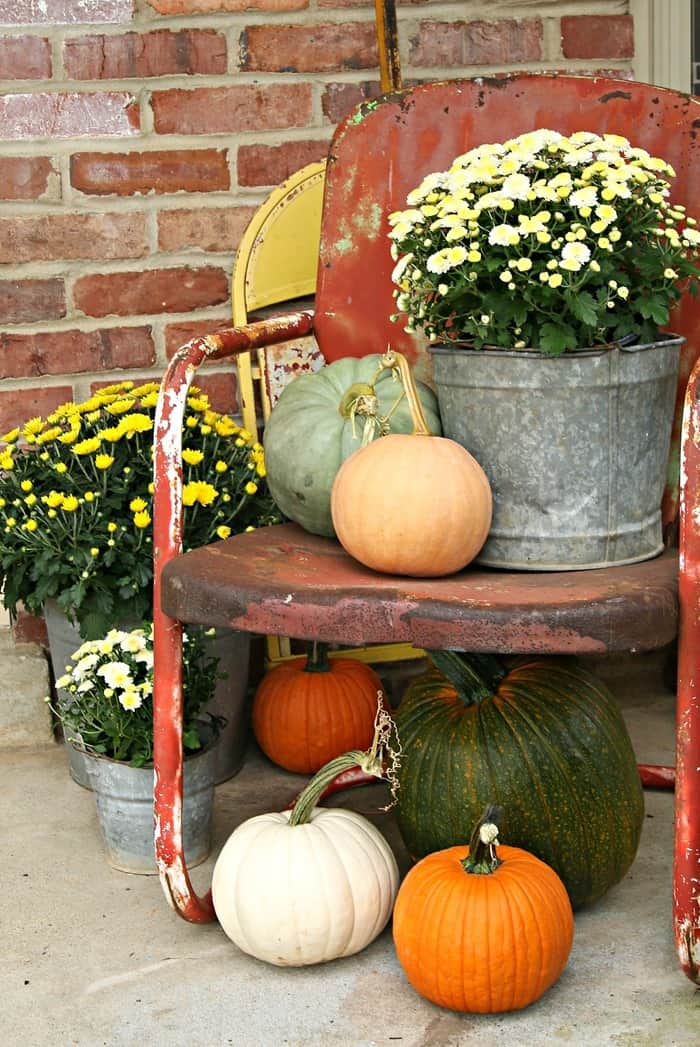 how to use vintage metal lawn furniture to decorate for Fall