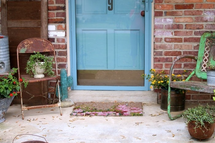 how to decorate the porch for Summer with rusty pots and pretty flowers