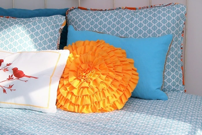 decorative pillows on the bed (3)