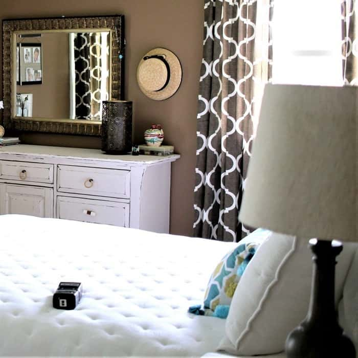 paint the master bedroom brown and decorate room in shades of white (3)