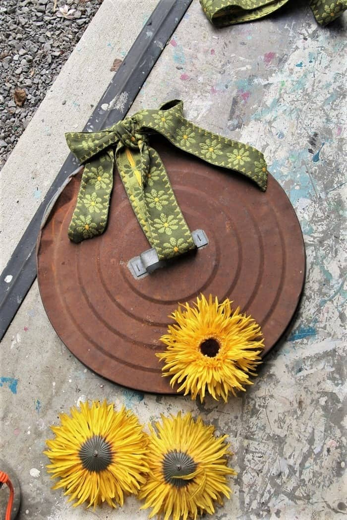 make a sunflower wreath using a rusty garbage can lid