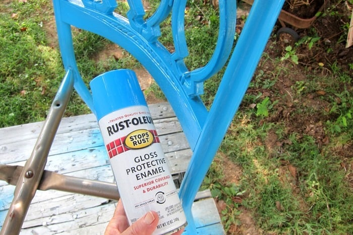 painting vintage metal dining chairs with Rustoleum spray paint color Maui Blue