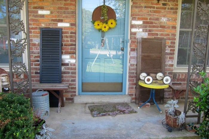 How To Decorate The Porch For Fall With Mums And Vintage Finds (11)