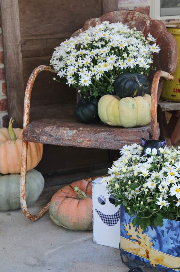 How To Decorate The Porch For Fall With Mums And Vintage Finds (14)