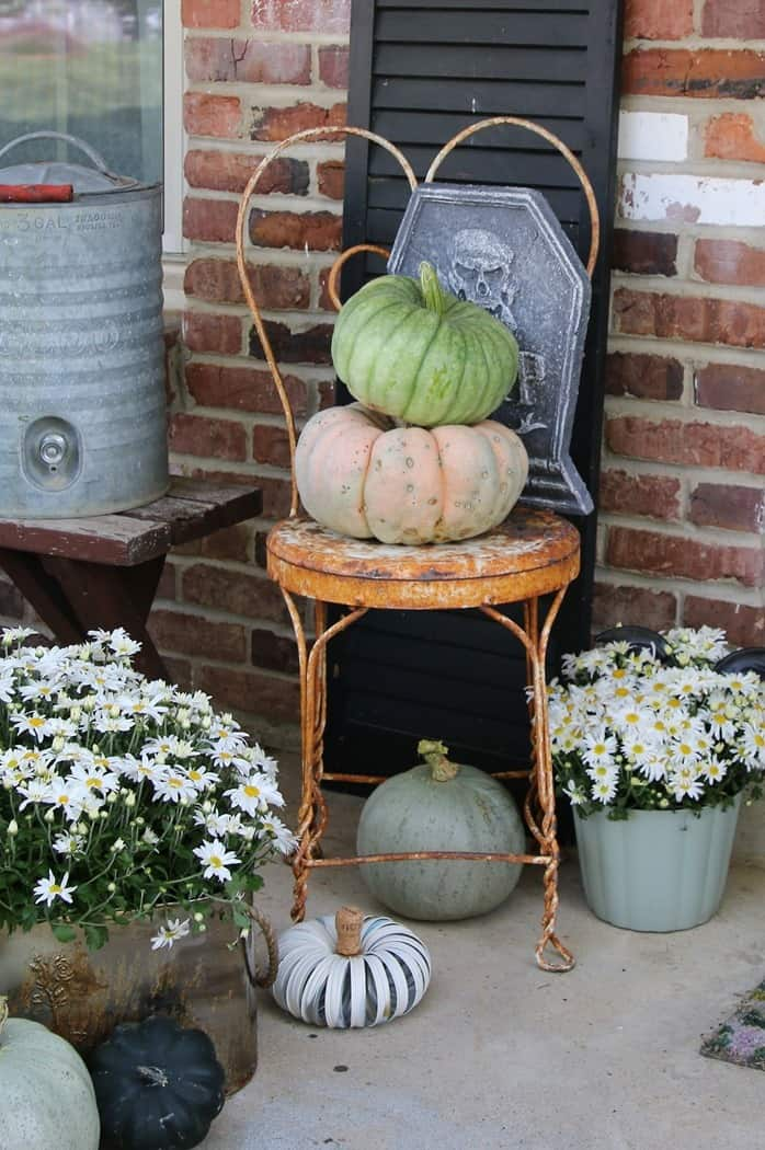 How To Decorate The Porch For Fall With Mums And Vintage Finds (19)