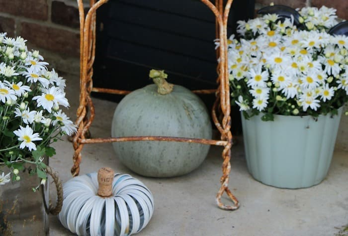 How To Decorate The Porch For Fall With Mums And Vintage Finds (21)