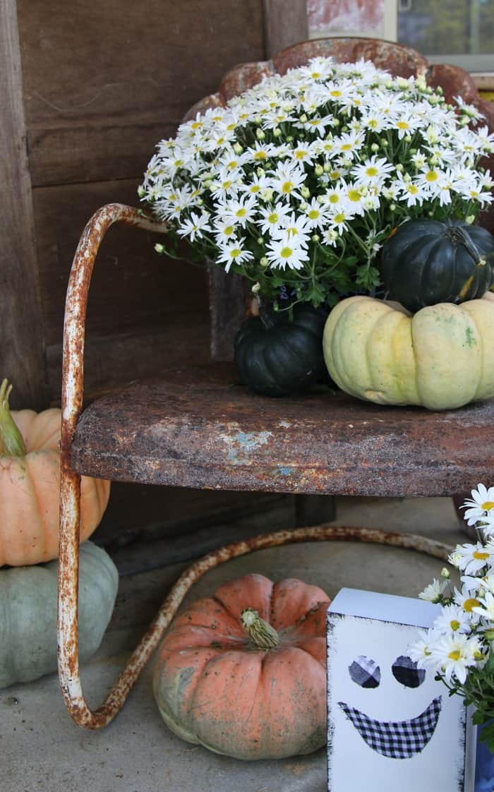 How To Decorate The Porch For Fall With Mums And Vintage Finds (22)