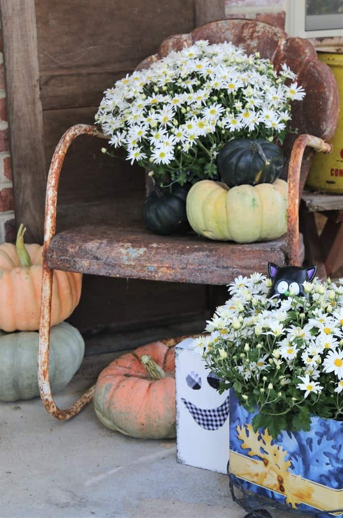 How To Decorate The Porch For Fall With Mums And Vintage Finds (24)