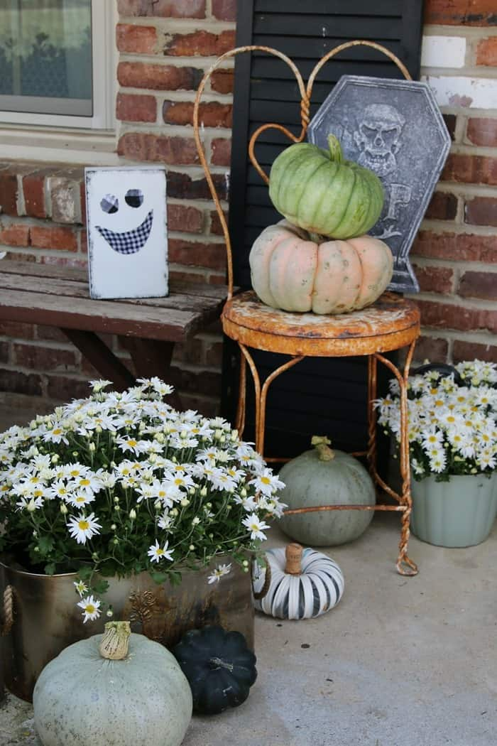 How To Decorate The Porch For Fall With Mums And Vintage Finds (6)