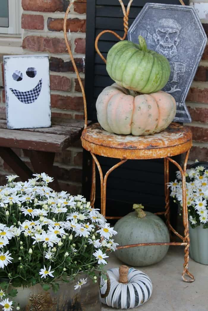 How To Decorate The Porch For Fall With Mums And Vintage Finds (8)
